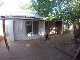 Vendo terreno céntrico con vivienda y galpón, en Rincón de los Sauces.