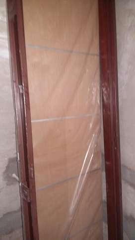 Puerta Placa Cedro con Insertos de Aluminio
