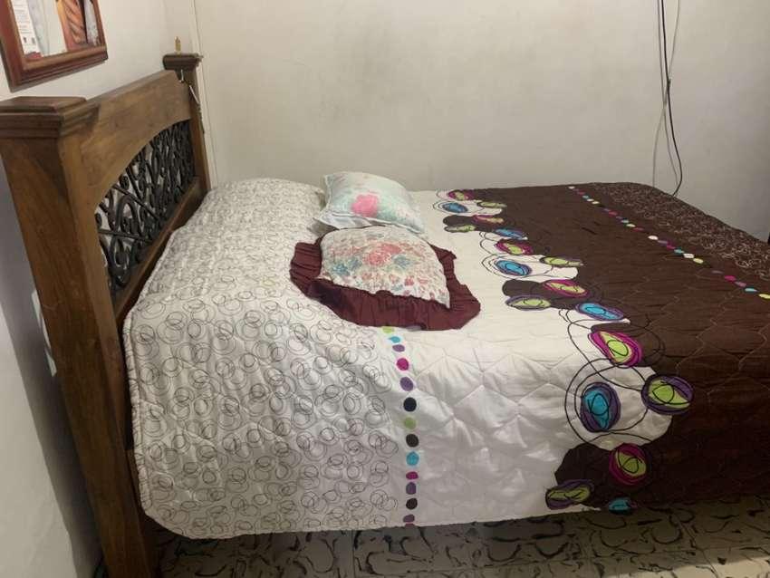 Cama, colchón y nochero