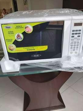 Dos microondas nuevos para la venta