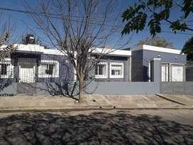 Casa con 3 dorm, 2 baños, vestidor, cochera  doble, 2 patios y amplio terreno en Bº Rivadavia a 300 mts de Av, Sabattini