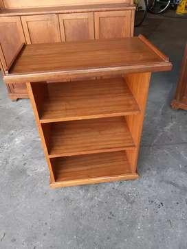 .esa para tv en madera lustrada con estantes