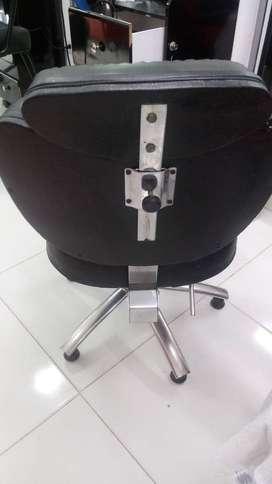 Se venden 2 sillas de peluquería en material gromado y 2 espejos grande con marco de madera medida 180 ×1 mtr