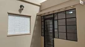 Deparanento tipo casa en planta baja, muy amplio con terraza y patio