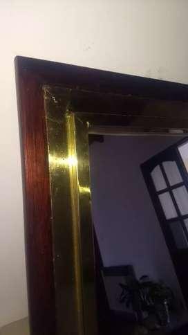 Espejo con marco de bronce y madera