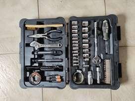 Valija de plástico con doble traba con de set de juego de tubos y herramientas con poco uso