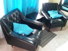 (NEGOCIABLE EL PRECIO) Promocion de 2 sofas negros + 2 cojines beige + mesa pequeña cafe