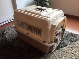 Guacal Petmate color beige para perro o gato.  PRACTICAMENTE SIN USAR
