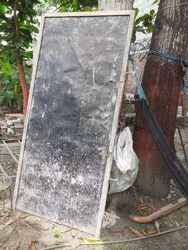 Puerta de metal de 2 metros de alto por 1 metro de ancho