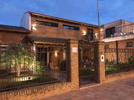 Casa en venta en Álvarez, excepcional ubicación céntrica con 2 negocios al frente. Oportunidad única comercial/vivienda