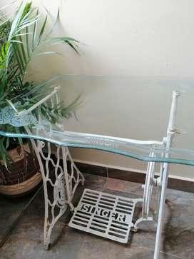 Mesa máquina de coser antigua