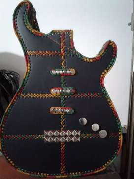Bolso de cuero con forma de guitarra